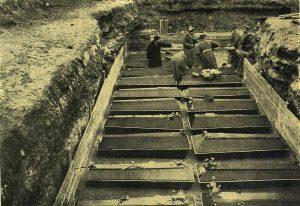 Красные гробы в могиле