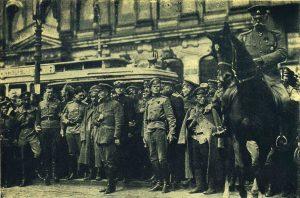 Военный министр А.Ф. Керенский пропускает мимо себя войска