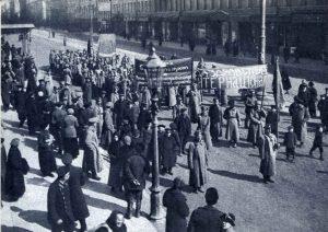 Большевистская демонстрация в Петрограде, на Литейном проспекте. 1917 год